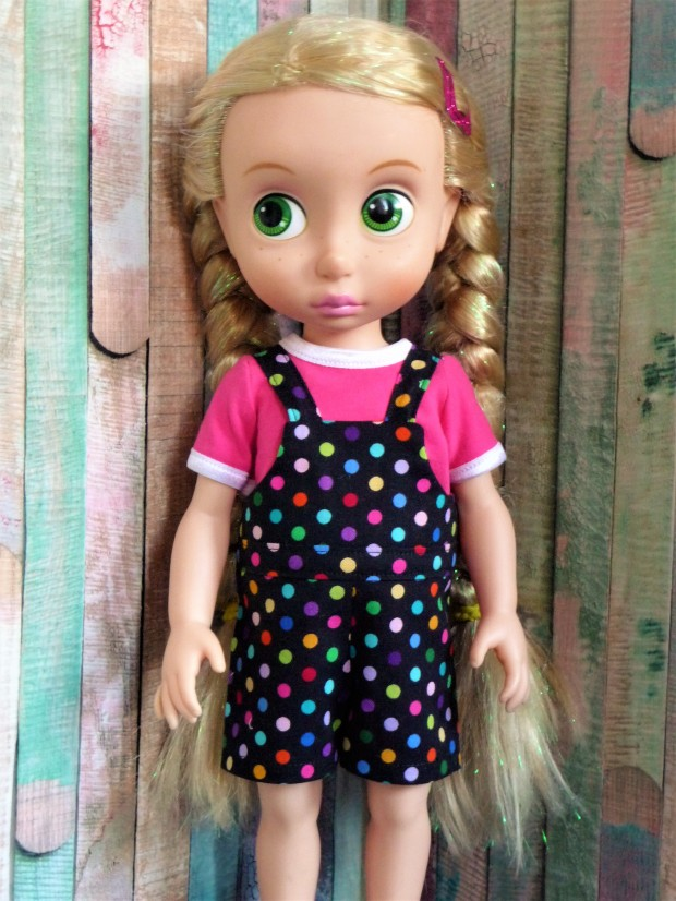 Make a cute overall outfit for your Disney Animators dolls with the Backyard Bibs PDF sewing pattern from Oh Sew Kat!  #Dollclothes #sewingpattern